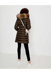 MONCLER - Zielony płaszcz puchowy. Okazja: do pracy, na spacer, na co dzień. Kolor: zielony. Materiał: puch. Wzór: aplikacja. Sezon: zima. Styl: elegancki, casual #6