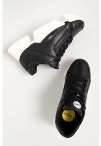 Czarne sneakersy Buffalo z okrągłym noskiem, na obcasie