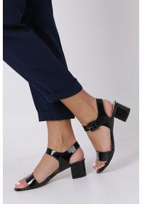 Casu - Czarne sandały lakierowane na niskim obcasie skórzana wkładka casu r19x3/b. Kolor: czarny. Materiał: lakier, skóra. Obcas: na obcasie. Wysokość obcasa: niski