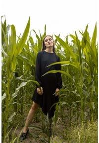 MOE - Czarna Rozkloszowana Sukienka z Asymetryczną Falbaną. Kolor: czarny. Materiał: elastan, poliester. Typ sukienki: asymetryczne