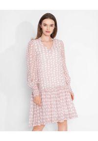HEMISPHERE - Różowa midi sukienka z falbaną. Kolor: wielokolorowy, różowy, fioletowy. Materiał: wiskoza. Wzór: nadruk, aplikacja, kwiaty. Typ sukienki: oversize. Długość: midi