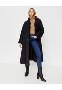 COMME des GARCONS - COMME DES GARCONS - Czarny płaszcz z wysokim kołnierzem. Kolor: czarny. Materiał: wełna, poliester