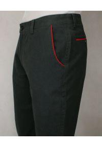 Chiao - Grafitowe Eleganckie, Męskie Spodnie, 100% BAWEŁNA -CHIAO- Chinosy, Czerwone Dodatki. Kolor: wielokolorowy, szary, czerwony. Materiał: bawełna. Styl: elegancki