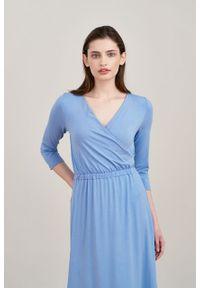 Marie Zélie - Sukienka Rita blask lawendy. Typ kołnierza: dekolt kopertowy. Materiał: tkanina, dzianina, elastan, wiskoza, materiał. Długość rękawa: krótki rękaw. Sezon: jesień. Typ sukienki: kopertowe, proste