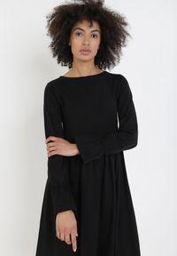 Born2be - Czarna Sukienka Amathine. Typ kołnierza: kołnierz z falbankami. Kolor: czarny. Materiał: dzianina. Długość rękawa: długi rękaw. Styl: klasyczny. Długość: midi