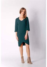 Nommo - Zielona Klasyczna Prosta Sukienka z Asymetrycznym Rozporkiem. Kolor: zielony. Materiał: wiskoza, poliester. Typ sukienki: proste, asymetryczne. Styl: klasyczny