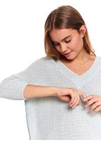 Szary sweter TOP SECRET do pracy, na wiosnę