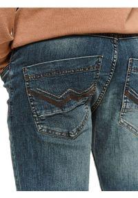 TOP SECRET - Spodnie denim o kroju regularnym. Okazja: do pracy, na co dzień. Kolor: niebieski. Materiał: denim. Sezon: wiosna. Styl: klasyczny, casual