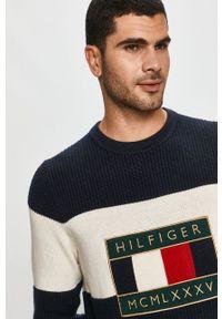 TOMMY HILFIGER - Tommy Hilfiger - Sweter. Okazja: na co dzień. Kolor: beżowy. Materiał: dzianina. Długość rękawa: długi rękaw. Długość: długie. Wzór: aplikacja. Styl: casual