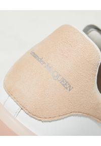 Białe sneakersy Alexander McQueen z okrągłym noskiem