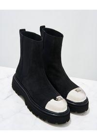 Casadei - CASADEI - Czarne zamszowe botki z logo. Nosek buta: okrągły. Kolor: czarny. Materiał: zamsz. Szerokość cholewki: normalna