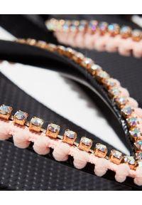 MYSTIQUE SHOES - Brzoskwiniowe japonki z kryształami. Kolor: czarny. Materiał: guma. Wzór: aplikacja, paski