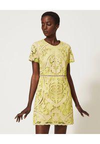 TwinSet - TWINSET - Ażurowa sukienka z krótkim rękawem. Kolor: żółty. Materiał: bawełna. Długość rękawa: krótki rękaw. Wzór: ażurowy. Długość: mini