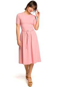 BE - Bawełniana rozkloszowana sukienka midi z paskiem. Okazja: na spacer, do pracy, na spotkanie biznesowe. Materiał: bawełna. Długość rękawa: krótki rękaw. Sezon: lato. Typ sukienki: dopasowane, rozkloszowane. Styl: elegancki, biznesowy. Długość: midi