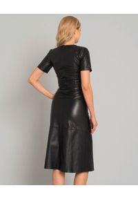 CAPPELLINI - Czarna sukienka z naturalnej skóry. Kolor: czarny. Materiał: skóra. Typ sukienki: rozkloszowane. Styl: klasyczny, elegancki. Długość: midi