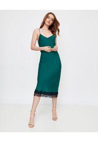 ICON - Zielona sukienka z jedwabiu SATINE. Typ kołnierza: dekolt na plecach. Kolor: zielony. Materiał: jedwab. Długość rękawa: na ramiączkach. Wzór: koronka. Styl: elegancki. Długość: midi