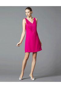 Manila Grace - MANILA GRACE - Różowa mini sukienka z frędzlami. Kolor: różowy, wielokolorowy, fioletowy. Wzór: aplikacja. Styl: elegancki. Długość: mini