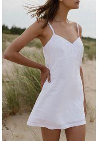 Marsala - Lniana sukienka na cienkich ramiączkach w kolorze białym - COSTA BY MARSALA. Kolor: biały. Materiał: len. Długość rękawa: na ramiączkach. Sezon: lato. Typ sukienki: proste. Styl: elegancki. Długość: mini