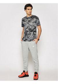 Nike Koszulka techniczna Dri-Fit Camo Training CU8477 Szary Standard Fit. Kolor: szary. Technologia: Dri-Fit (Nike)