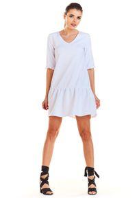 e-margeritka - Sukienka rozkloszowana z falbanką biała - s. Okazja: na co dzień. Typ kołnierza: kołnierz z falbankami. Kolor: biały. Materiał: poliester, materiał, elastan. Wzór: gładki. Typ sukienki: proste, rozkloszowane. Styl: casual. Długość: mini #1