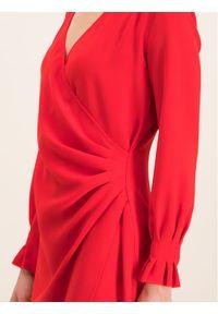 iBlues Sukienka koktajlowa 72262996 Czerwony Regular Fit. Kolor: czerwony. Styl: wizytowy