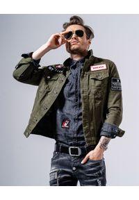 GUNS & TUXEDOS - Jeansowa kurtka khaki Wynwood. Okazja: na co dzień. Kolor: zielony. Materiał: jeans. Wzór: aplikacja. Sezon: wiosna, lato. Styl: casual
