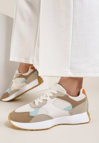 Renee - Biało-Beżowe Sneakersy Petirose. Kolor: biały. Materiał: nubuk, syntetyk