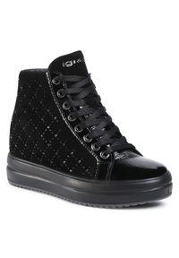 Czarne buty sportowe Igi & Co na koturnie, z cholewką, z aplikacjami