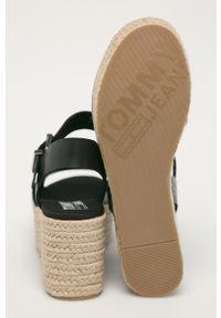 Czarne sandały Tommy Jeans z okrągłym noskiem, na średnim obcasie, na koturnie