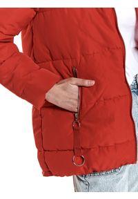 TOP SECRET - Krótka kurtka damska z futrem przy kapturze. Typ kołnierza: kaptur. Kolor: czerwony. Materiał: futro. Długość: krótkie. Wzór: aplikacja. Sezon: zima #5