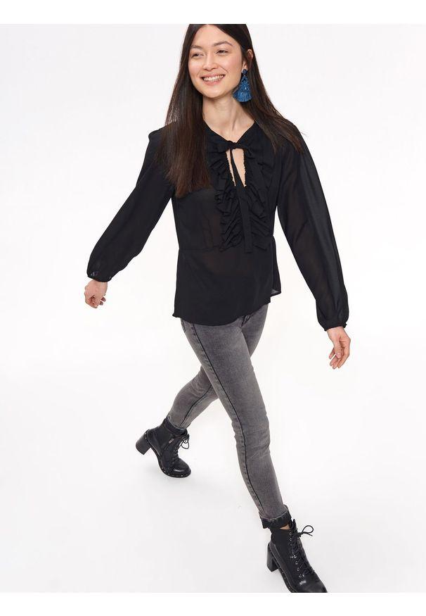Czarna koszula TROLL z żabotem, na co dzień
