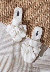 Białe klapki Born2be