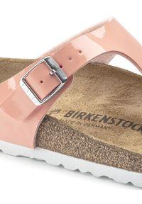 Birkenstock - BIRKENSTOCK - Lakierowane koralowe klapki Gizeh. Kolor: różowy, wielokolorowy, fioletowy. Materiał: lakier. Sezon: lato. Styl: klasyczny