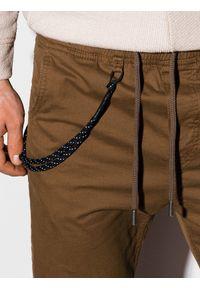 Ombre Clothing - Spodnie męskie joggery P908 - brązowe - XXL. Okazja: na co dzień. Kolor: brązowy. Materiał: bawełna, elastan. Wzór: aplikacja. Styl: klasyczny, casual