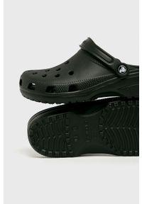 Crocs - Klapki. Nosek buta: okrągły. Kolor: czarny. Materiał: guma