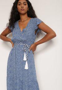Renee - Niebieska Sukienka Tudielle. Typ kołnierza: kołnierz z falbankami. Kolor: niebieski. Długość rękawa: krótki rękaw. Długość: maxi