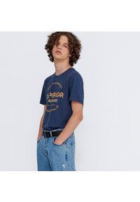 House - Koszulka z nadrukiem Superior - Granatowy. Kolor: niebieski. Wzór: nadruk