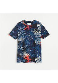 Reserved - T-shirt z roślinnym printem - Granatowy. Kolor: niebieski. Wzór: nadruk