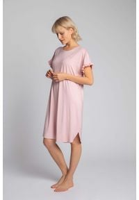 MOE - Wiskozowa Koszula Nocna z Falbankami - Różowa. Kolor: różowy. Materiał: wiskoza