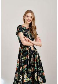 Marie Zélie - Sukienka Alana Luzula czarna krótki rękaw. Typ kołnierza: kokarda. Kolor: czarny. Materiał: bawełna, skóra, materiał, elastan. Długość rękawa: krótki rękaw. Styl: wizytowy, elegancki