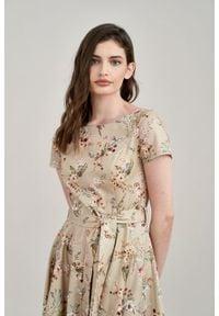 Marie Zélie - Sukienka Alana beżowa kwiecista. Typ kołnierza: kokarda. Kolor: beżowy. Materiał: materiał, skóra, bawełna, elastan. Styl: wizytowy, elegancki