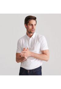 Reserved - Koszulka polo z bawełnianej dzianiny - Biały. Typ kołnierza: polo. Kolor: biały. Materiał: bawełna, dzianina. Wzór: gładki