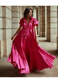 BY CABO - Rozkloszowana sukienka maxi SAINT TROPEZ. Kolor: różowy, wielokolorowy, fioletowy. Materiał: bawełna, materiał. Wzór: aplikacja. Typ sukienki: rozkloszowane. Długość: maxi