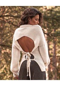 BY CABO - Wełniany sweter z wiązaniem Adonis. Kolor: biały. Materiał: wełna. Długość rękawa: długi rękaw. Długość: długie. Styl: elegancki
