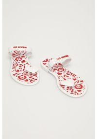 Love Moschino - Japonki. Kolor: biały. Materiał: materiał, guma. Obcas: na obcasie. Wysokość obcasa: niski