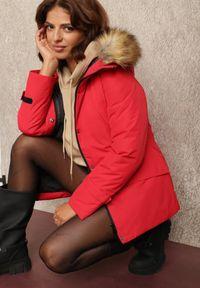 Renee - Czerwona Kurtka Helliolea. Kolor: czerwony. Materiał: tkanina, futro, jeans