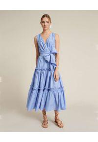 Luisa Spagnoli - LUISA SPAGNOLI - Niebieska sukienka w paski z kokardą Periplo. Okazja: na spacer. Typ kołnierza: kokarda. Kolor: niebieski. Wzór: paski. Typ sukienki: rozkloszowane. Długość: maxi