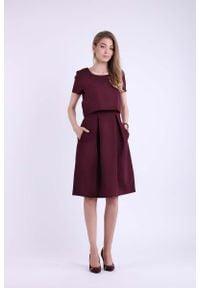 Nommo - Bordowa Wizytowa Rozkloszowana Sukienka z Nakładką. Kolor: czerwony. Materiał: wiskoza, poliester. Styl: wizytowy
