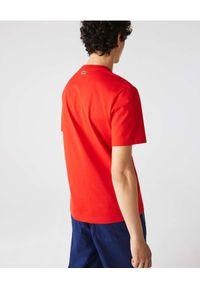 LACOSTE - Czerwony t-shirt z nadrukiem Classique Lacoste Regular Fit. Kolor: czarny. Materiał: bawełna, prążkowany. Wzór: nadruk