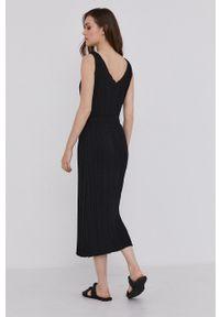 Answear Lab - Sukienka. Kolor: czarny. Materiał: dzianina. Długość rękawa: na ramiączkach. Wzór: gładki. Typ sukienki: plisowane, rozkloszowane. Styl: wakacyjny